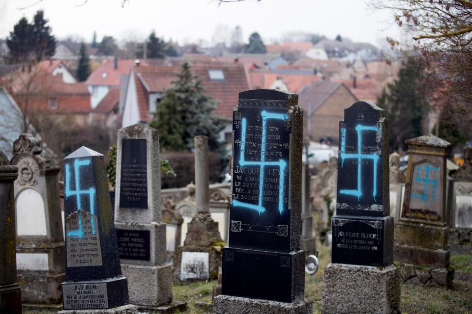 suásticas em cemitétrio na França AP