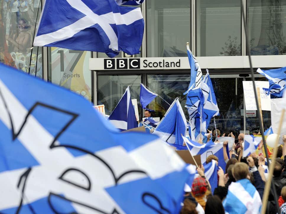 manifestantes nacionalistas em frente a BBC em 2014