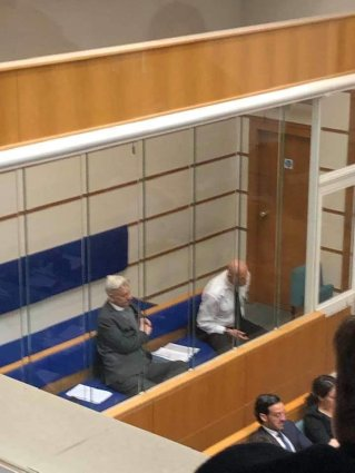 foto de assange no tribunal