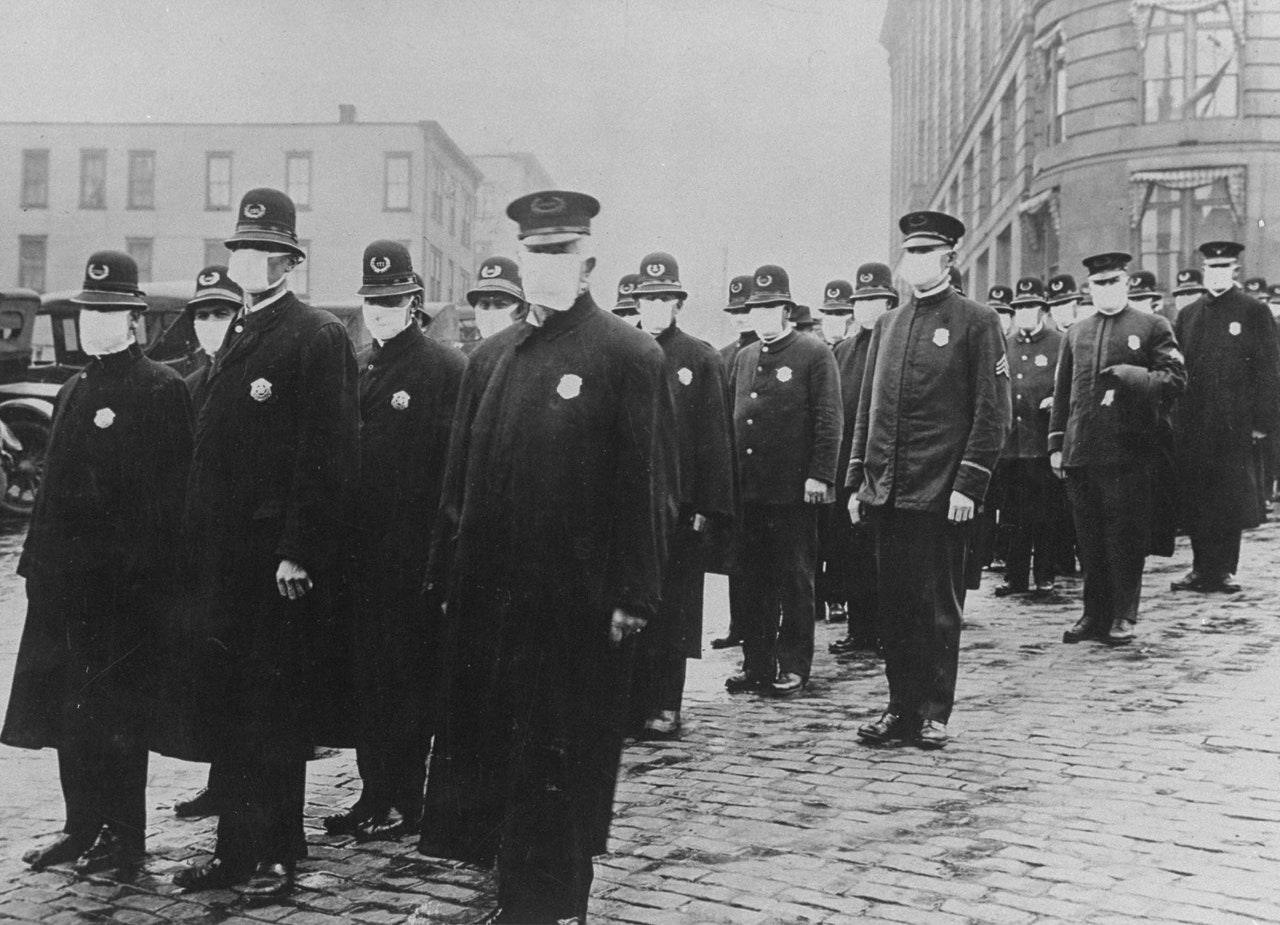 polícia usando máscaras na epidemia de 1918 time life pictures getty images