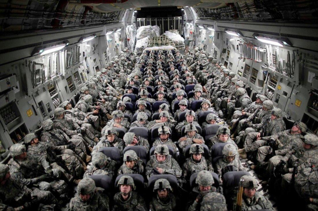 Soldados norte-americanos em avião de transporte chegam a Mazar-i-Sharif, Afeganistão, abril 2010