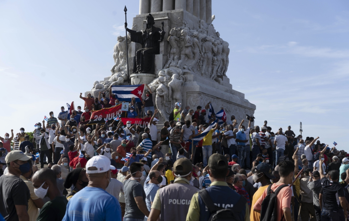 Anti-government protesters gather at the Maximo Gomez monument in Havana, Cuba, Sunday, July 11, 2021. Hundreds of demonstrators took to the streets in several cities in Cuba to protest against ongoing food shortages and high prices of foodstuffs. © Eliana Aponte/AP