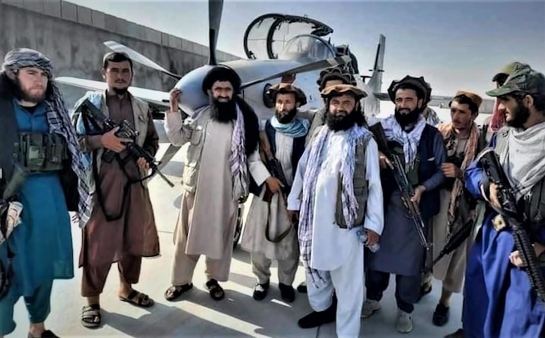 Talibãs posam junto a avião Super Tucano capturado